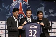El futbolista David Beckham (al centro en la imagen) posa junto a su nueva camiseta durante una conferencia de prensa en París, ene 31 2013. El ex capitán de la selección inglesa de fútbol David Beckham ha firmado un contrato de cinco meses con el París Saint-Germain, en un nuevo y sorprendente giro en su extensa carrera. REUTERS/Philippe Wojazer