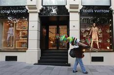 Louis Vuitton, le pôle mode-maroquinerie de LVMH. Le numéro un mondial du luxe a publié jeudi des résultats annuels solides, marqués cependant par une croissance organique ralentie par le tassement de l'économie chinoise et la crise en Europe. /Photo prise le 20 novembre 2012/REUTERS/Osman Orsal
