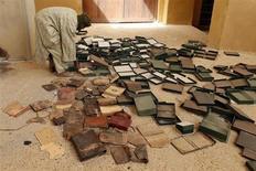 La mayor parte de los manuscritos antiguos de Tombuctú parecían estar sanos y sin daños después de 10 meses de ocupación de la ciudad del Sáhara por parte de combatientes islamistas, según expertos, que desestimaron las noticias de que hubo una amplia destrucción. En la imagen, un guardia de un museo trabaja entre cajas de antiguos manuscritos. REUTERS/Benoit Tessier