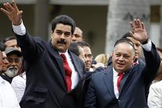 Imagen de archivo del vicepresidente de Venezuela, Nicolás Maduro (a la izquierda en la imagen), junto al presidente de la Asamblea Nacional, Diosdado Cabello, en Caracas, ene 5 2013. La dramática ausencia del presidente venezolano en los primeros compases de su cuarto mandato, que le costó sangre, sudor y lágrimas ganar en octubre, ha abierto de golpe el telón para el primer ensayo general del chavismo sin Hugo Chávez. REUTERS/Carlos Garcia Rawlins