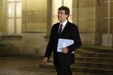 Arnaud Montebourg a exprimé jeudi l'espoir que la relocalisation d'entreprises s'amplifie en 2013 en France, estimant que les mesures prises par le gouvernement pour doper la compétitivité de l'économie étaient de nature à la favoriser. /Photo prise le 5 décembre 2012/REUTERS/Charles Platiau