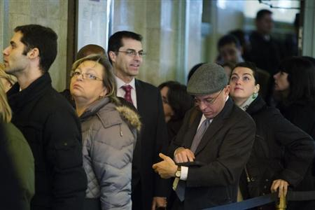 Job seekers wait in line to speak to recruiters at a job fair put on by online recruiting company TheLadders at Grand Central Station in New York, January 10, 2013. REUTERS/Lucas Jackson