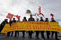 Decenas de miles de funcionarios se manifestaron el jueves por París y otras ciudades francesas para pedir una mejora en sus salarios, en el primer reto en la calle a los recortes del déficit del presidente François Hollande desde que fue elegido en mayo del año pasado. En la imagen, fucnionarios manifestándose para pedir mejoras salariales en Marsella, el 31 de enero de 2013. REUTERS/Jean-Paul Pelissier