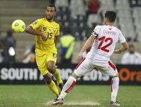 L'Olympique de Marseille et Lorient ont trouvé un accord pour le transfert du milieu de terrain togolais Alayxis Romao (à gauche) à l'OM. /Photo prise le 30 janvier 2013/REUTERS/Thomas Mukoya