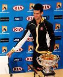 El número uno del mundo, Novak Djokovic, está molesto por el estado de la pista que se utilizará esta semana en el enfrentamiento de Copa Davis entre Serbia y Bélgica. En la imagen, el tenista serbio Noack Djokovic llega a su rueda de prensa tras ganar el Abierto de Australia en Melbourne, el 27 de enero de 2013. REUTERS/Daniel Muñoz