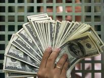 Les sénateurs américains ont à leur tour adopté jeudi le projet de loi relevant le plafond de la dette fédérale. /Photo d'archives/REUTERS/Romeo Ranoco