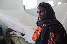 Los combates por una mina de oro en la región sudanesa de Darfur han forzado a 100.000 personas a huir y provocado el cierre de todas las oficinas públicas y escuelas en una localidad para alojar a los desplazados, según dijo el jueves Naciones Unidas. En esta imagen de archivo, Massud Bessair (a la derecha), una granjera de Kreink, en Darfur Oeste, acompaña a su esposo de 60 años Yaratnebi Yagub, que recibe tratamiento para la fiebre amarilla en el Hospital de Enseñanza en El Geneina, el 14 de noviembre de 2012. REUTERS/Albert Gonzalez Farran/UNAMID/Handout ESTA IMAGEN HA SIDO PROPORCIONADA POR UN TERCERO. REUTERS LA DISTRIBUYE, EXACTAMENTE COMO LA RECIBIÓ, COMO UN SERVICIO A SUS CLIENTES.