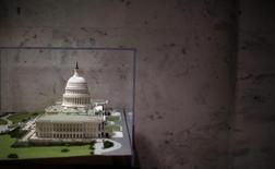 El Senado de Estados Unidos dio el jueves la aprobación final al proyecto que permite al Gobierno extender su capacidad de endeudamiento más allá del récord de 16,4 billones de dólares, lo que deja el camino libre para que el presidente Barack Obama lo convierta en ley. En la imagen, un modelo a escala del edificio del Capitolio de EEUU en Washington, el 23 de enero de 2013. REUTERS/Jason Reed