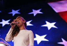 Beyoncé canta o hino nacional dos EUA durante entrevista antes do Super Bowl, nesta quinta-feira, quando ela admitiu que dublou o hino na posse do presidente Barack Obama. REUTERS/Jim Young