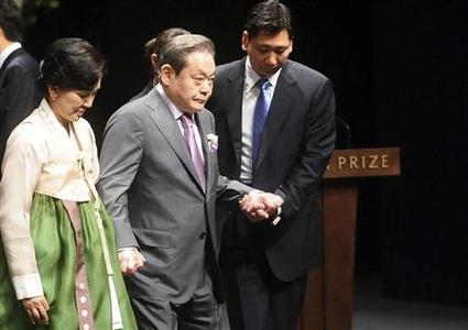 Samsung Electronics chairman Lee Kun-Hee (2nd L) and his wife Hong Ra-Hee (L) leave after the Ho-am prize award ceremony in Seoul June 1, 2012. The Ho-am prize was established by Samsung. REUTERS/Seo Jae-hoon/Pool