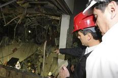 Al menos 25 personas murieron y más de 100 resultaron heridas por una fuerte explosión la tarde del jueves en las oficinas centrales de la petrolera estatal mexicana Pemex, en la capital del país, dijeron autoridades. En la imagen, el presidente de México, Enrique Peña Nieto (2º I) visita el lugar de la explosión en la sede del gigante petrolero de propiedad estatal Pemex, en Ciudad de México, el 31 de enero de 2013. REUTERS/