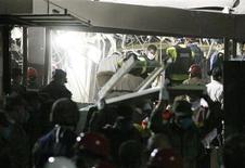 Soldati e soccorritori al lavoro nella sede della Pemex a Città del Messico dopo una potente esplosione. REUTERS/Bernardo Montoya