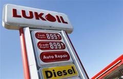 Стела на АЗС Лукойла в Саут-Плейнфилде, штат Нью-Джерси, 12 сентября 2012 года. Вторая по объёму добычи нефти в РФ компания Лукойл сократила в 2012 году количество своих автозаправок за рубежом на 6 процентов, при этом основное, как и в предыдущем году, - двукратное сокращение пришлось на США, следует из данных компании. REUTERS/Shannon Stapleton