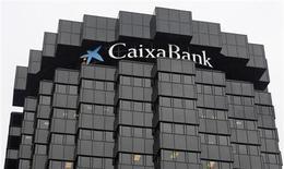 Caixabank, l'entité qui regroupe les activités bancaires du groupe de services financiers La Caixa, a annoncé vendredi un bénéfice net en baisse de 78% pour 2012, à 230 millions d'euros, alors que les analystes financiers interrogés par Reuters avaient anticipé 278,7 millions. /Photo pris ele 26 octobre 2012/REUTERS/Albert Gea