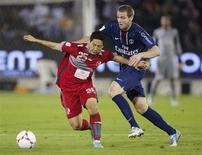 Mathieu Bodmer (à droite), ici lors d'un match amical à Doha, a été prêté par le PSG à Saint-Etienne jusqu'à la fin de la saison. /Photo prise le 2 janvier 2013/REUTERS/Fadi Al-Assaad