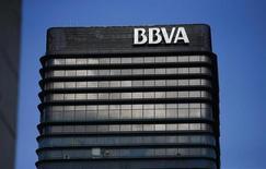 El segundo mayor grupo bancario español, BBVA anunció el viernes un descenso del 44,2 por ciento en su beneficio neto en 2012 hasta 1.676 millones de euros, en línea con las previsiones de los analistas. En la imagen, sede del BBVA en Madrid, el 31 de octubre de 2012. REUTERS/Juan Medina
