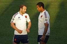 Thierry Dusautoir (à droite), ici avec Frédéric Michalak, sera titulaire pour le premier match du XV de France dans le Tournoi des Six Nations 2013, contre l'Italie, dimanche au stade Olympique de Rome. /Photo prise le 30 janvier 2013/REUTERS/Charles Platiau