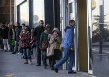 Disoccupati in fila davanti ad un'agenzia interinale. REUTERS/Andrea Comas
