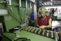La actividad manufacturera española se contrajo por 21 mes seguido en enero aunque a su ritmo más lento desde junio de 2011, gracias al negocio en el extranjero, según un sondeo. En la imagen, una trabajadora en una fábrica de Palafrugell, cerca de Gerona, el 23 de agosto de 2012. REUTERS/Gustau Nacarino