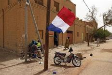 El presidente francés, François Hollande, se desplazará a Mali el viernes por la noche para reunirse al día siguiente con el presidente interino del país africano en la capital, Bamako, informó el periódico francés Liberation. En la imagen, una bandera francesa ondea cerca de un poste telefónico en una calle de Timbuctú, el 31 de enero de 2013. REUTERS/Benoit Tessier