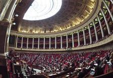 Les députés français ont entamé vendredi l'examen de l'article premier du projet de loi sur le mariage et l'adoption pour les couples homosexuels, qui supprime l'exigence de la différence des sexes comme condition du droit au mariage. /Photo d'archives/REUTERS/Charles Platiau