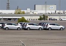 Las ventas de coches nuevos a particulares subieron en enero en España por primera vez después de 30 meses gracias al Plan PIVE que subvenciona la compra de vehículos, dijo el viernes la Asociación de Fabricantes de Automóviles y Camiones (ANFAC). En la imagen, coches en la fábrica de Ford en Almussafes, cerca de Valencia, el 5 de septiembre de 2012. REUTERS/Heino Kalis