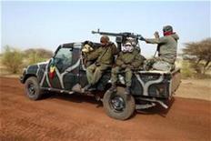 Las tropas francesas o africanas que persiguen a los combatientes islamistas atrincherados en las montañas y desiertos del noreste de Mali pueden encontrar un enemigo resistente capaz de defenderse con un arsenal oculto con una capacidad de fuego sorprendente. En la imagen, soldados malienses dejan Tombuctú en un vehículo el 31 de enero de 2013. REUTERS/Benoit Tessier