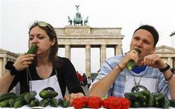 """Para sumar más pruebas a que evitar la carne es bueno para la salud, un estudio británico ha hallado que los vegetarianos son una tercera parte menos propensos a ser hospitalizados o a morir de enfermedades cardiacas que aquellos que comen carne y pescado. En la imagen de archivo, dos concursantes comen pepinos durante cinco minutos en un concurso para elegir al """"rey del pepino"""" en Berlín, el 14 de junio de 2011. REUTERS/Fabrizio Bensch"""