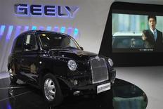 Le constructeur automobile chinois Geely a annoncé vendredi le rachat de Manganese Bronze, le fabricant des fameux taxis noirs de Londres, pour 11 millions de livres (12,7 millions d'euros). Geely détenait déjà près d'un quart de l'entreprise depuis 2006. /Photo prise le 22 novembre 2012/REUTERS/Tyrone Siu