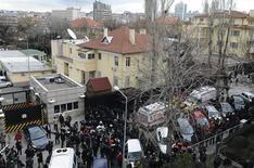 Polizia in assetto anti-sommossa davanti all'ambasciata Usa ad Ankara. REUTERS/Stringer