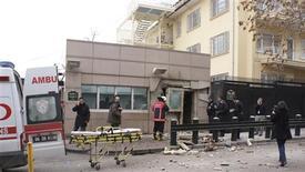 Policiais inspecionam local após explosão diante da embaixada dos EUA em Ancara, na Turquia. 01/02/2013 REUTERS/Ihlas News Agency/IHA