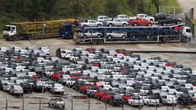 Carros novos são vistos estacionados em área da fábrica de automóveis da Volkswagen, em São Bernardo, em março de 2011. A venda de veículos novos no Brasil em janeiro teve o melhor resultado par ao mês, crescendo 16 por cento sobre o mesmo período de 2012, informou uma fonte do mercado com acesso a dados preliminares de emplacamentos. 02/03/2011 REUTERS/Paulo Whitaker