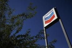 Chevron est l'une des valeurs à suivre sur les marchés américains après l'annonce d'une hausse de son bénéfice trimestriel à la faveur d'une amélioration de ses marges dans ses activités de raffinage. /Photo d'archives/REUTERS/Joshua Lott