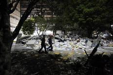 Unos socorristas caminan junto a los escombros provocados por una explosión en la casa matriz de la petrolera estatal Pemex en Ciudad de México, ene 31 2013. El número de víctimas por una fuerte explosión registrada el jueves en los edificios centrales de la petrolera mexicana Pemex subió a 32 desde los 25 contabilizados hasta el día anterior, dijo el viernes el director general de la compañía, Emilio Lozoya. REUTERS/Bernardo Montoya