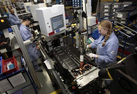 Ford Motor production workers assemble batteries for Ford electric and hybrid vehicles at the Ford Rawsonville Assembly Plant in Ypsilanti Twsp, Michigan November 7, 2012. REUTERS/Rebecca Cook