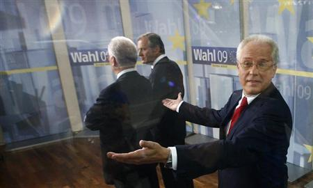 Austrian candidate Hans-Peter Martin gestures next to the top candidate of the Austrian Socialist party (SPOe) Hannes Swoboda and the top candidate of the Austrian peoples party (OeVP) Ernst Strasser (L-R) during a TV show for the European parliament elections in Vienna June 7, 2009. REUTERS/Dominic Ebenbichler