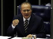 """Foto de arquivo de Renan Calheiros, no Senado Federal, em Brasília. Numa tentativa de dar uma resposta aos ataques contra sua candidatura à presidência do Senado, Renan Calheiros (PMDB-AL) prometeu, ao discursar nesta sexta-feira, que criará uma secretaria de transparência na Casa e disse que ética é """"obrigação"""" de todos. 28/05/2007 REUTERS/Jamil Bittar"""