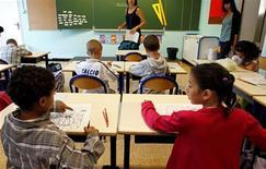 Le principal syndicat du primaire, le SNUipp-FSU, appelle à une grève nationale le 12 février pour réclamer le report à 2014 de l'entrée en vigueur de la réforme des rythmes scolaires qui prévoit le passage à la semaine de quatre jours et demi. /Photo d'archives/REUTERS/Jean-Paul Pélissier
