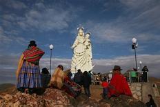 Unas personas asisten a la inauguración de un monumento a la Virgen María en el cerro Santa Bárbara en Bolivia, feb 1 2013. Las celebraciones centrales del carnaval folclórico de la ciudad minera boliviana de Oruro arrancaron el viernes con la inauguración de un monumento a la Virgen María, que los lugareños aplaudieron como el más grande de Latinoamérica. REUTERS/David Mercado