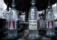 """Бутылки минеральной воды """"Боржоми"""" на конвейерной ленте на заводе в одноименном грузинском городке 17 июня 2010 года. Жители грузинского городка Боржоми верят, что возвращения их знаменитой минеральной воды в Россию осталось ждать недолго, и надеются, что это может подтолкнуть к восстановлению экономических связей, разорванных после короткой войны в августе 2008-го. REUTERS/David Mdzinarishvili"""