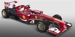 La glamurosa escudería Ferrari retiró por fin el viernes la sábana que tapaba su nuevo monoplaza, el F138, con la vista puesta en iniciar la temporada con victorias y así convertir la bestia del año pasado en una bella. En la imagen, el nuevo Ferrari F138. REUTERS/Ferrari Press Office/Handout
