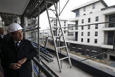 """En déplacement à Ermont-Eaubonne dans le Val d'Oise, François Hollande a annoncé vendredi un """"pacte"""" avec les acteurs du logement sous la forme d'un ensemble de mesures fiscales et réglementaires visant à atteindre les 500.000 constructions annuelles promises pendant la campagne présidentielle. /Photo prise le 1er février 2013/REUTERS/Philippe Wojazer"""