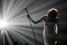 Los organizadores de los premios Grammy planean conmemorar el primer aniversario de la repentina muerte de Whitney Houston con un programa que muestre los preparativos del homenaje que se dio a la cantante en la gala del año pasado, sólo 24 horas después de su fallecimiento. En la imagen de archivo, Whitney Houston, durante un concierto en Los Ángeles en 2009. REUTERS/Mario Anzuoni