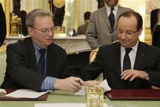 Le président exécutif de Google Eric Schmidt et François Hollande ont conclu vendredi un accord sur la rémunération des médias français indexés par le moteur de recherche américain. Google va financer à hauteur de 60 millions d'euros un fonds d'aide à la transition des médias français vers le numérique. /Photo prise le 1er février 2013/REUTERS/Philippe Wojazer