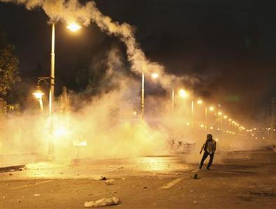 A protester throws a tear gas canister back into the presidential palace, after police fired it at protesters trying to break into the palace, during clashes between protesters and police in Cairo, February 1, 2013. Opponents of Islamist President Mohamed Mursi hurled petrol bombs at his palace on Friday as protesters returned to the streets of Egypt demanding his overthrow after the deadliest violence of his seven months in power. REUTERS/Asmaa Waguih