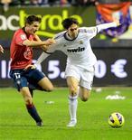 El futuro del delantero del Real Madrid Kaká parecía sombrío el viernes, después de que el mercado de fichajes de invierno terminase sin que se materializara su posible traspaso, y de que el técnico blanco José Mourinho volviera a dejar al brasileño fuera de su lista de convocados. En la imagen, el jugador del Real Madrid Kaká (a la derecha) lucha por el balón con Álvaro Arbeloa, del Osasuna, durante su partido de Liga en el Reyno de Navarra en Pamplona, el 12 de enero de 2013. REUTERS/Vincent West