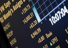 Las acciones estadounidenses subieron el viernes hasta máximos de cinco años en la Bolsa de Nueva York y el promedio Dow Jones cerró por encima de 14.000 puntos por primera vez desde octubre del 2007, tras datos de empleo y manufactura que mostraron que la recuperación de la economía sigue en marcha. En la imagen, una pantalla muestra el índice Dow Jones sobre los 14.000 puntos en la Bolsa de Nueva York, el 1 de febrero de 2013. REUTERS/Brendan McDermid