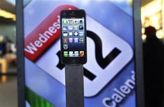 Apple a ravi à Samsung Electronics la place de premier vendeur de téléphones mobiles aux Etats-Unis au quatrième trimestre, selonle cabinet d'études Strategy Analytics. /Photo prise le 21 septembre 2012/REUTERS/Shannon Stapleton
