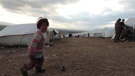 Rusia y Naciones Unidas desmintieron las declaraciones de la oposición siria sobre que su líder podría tener una reunión conjunta con el enviado de paz de la ONU a Siria y con funcionarios de Washington y Moscú en una conferencia sobre seguridad el sábado en Múnich. En la imagen, refugiados sirios en un campamento en el lado sirio de la frontera con Turquía, cerca de Idlib, el 29 de enero de 2013. REUTERS/Muhammad Najdet Qadour/Shaam News Network/Handout
