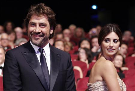 Actor Javier Bardem (L) arrives with his wife actress Penelope Cruz (R) at the award ceremony of the 63rd Cannes Film Festival May 23, 2010. REUTERS/Yves Herman